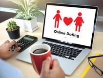 Homme d'amour de match de datation et femme en ligne et un coeur, Internet DA Photos libres de droits