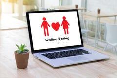 Homme d'amour de match de datation et femme en ligne et un coeur, Internet DA Photo stock