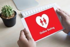 Homme d'amour de match de datation et femme en ligne et un coeur, Internet DA Photos stock