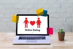 Homme d'amour de match de datation et femme en ligne et un coeur, Internet DA Images stock