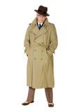 Homme d'années '40 de vintage dans le trenchcoat et le chapeau flexible, d'isolement sur le blanc Images stock