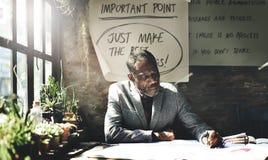 Homme d'architecture travaillant le concept d'espace de travail de croquis de mise au point Photo libre de droits