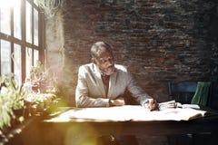 Homme d'architecture travaillant le concept d'espace de travail de croquis de mise au point Images libres de droits