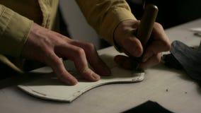 Homme d'artisan faisant des trous Fermez-vous vers le haut du fabricant en cuir fonctionnant avec l'alêne banque de vidéos