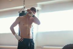 Homme d'athlète essuyant la sueur après séance d'entraînement dure photo libre de droits