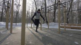 Homme d'athlète faisant l'exercice de forme physique pendant la formation extérieure au jour d'hiver images stock