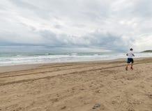 Homme d'Atlethic courant sur la plage photos stock