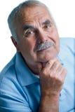 Homme d'Eldery avec la tête se reposant sur des bras Image libre de droits