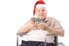Homme d'Eldery dans le fauteuil roulant célébrant Noël Photo stock