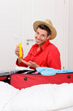 Homme d'emballage de Luggaging à la maison Photographie stock libre de droits