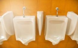 Homme d'ennemi d'urinoirs Images libres de droits
