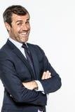 Homme d'entreprise élégant souriant avec les bras pliés et le regard effronté Photos libres de droits
