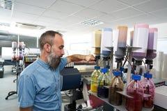 Homme d'Espertise dans le traceur d'industrie de l'imprimerie de transfert photo stock