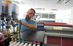 Homme d'Espertise dans le traceur d'industrie de l'imprimerie de transfert photos libres de droits