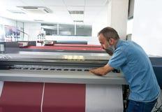 Homme d'Espertise dans le traceur d'industrie de l'imprimerie de transfert image stock
