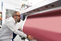 Homme d'Espertise dans le traceur d'industrie de l'imprimerie de transfert image libre de droits