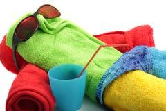 Homme d'essuie-main prenant le soleil-bain Image libre de droits