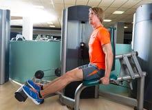 Homme d'extension de veau à la machine d'exercice de gymnase Image stock
