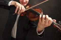 Homme d'homme habillé d'une manière élégante jouant le violon Photographie stock