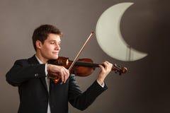 Homme d'homme habillé d'une manière élégante jouant le violon photo stock