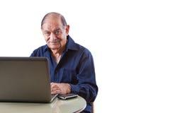 Homme d'Indien est sur l'ordinateur Image stock