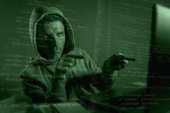 Homme d'informaticien dans le hoodie entaillant le code entrant de système indiquant l'ordinateur portable entaillant et décodant images stock