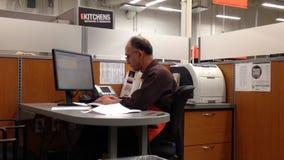 Homme d'information de dactylographie de travailleur de Home Depot sur l'ordinateur clips vidéos