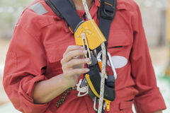 Homme d'inspecteur montrant l'équipement d'accès de corde images stock