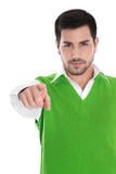 Homme d'isolement dans une chemise verte se dirigeant avec son index Images libres de droits