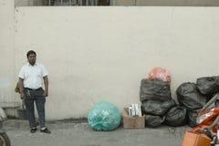 Homme d'isolement près des sacs de déchets photo libre de droits