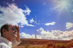 Homme d'isolement sur un moulin à vent régional Photographie stock