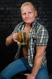 Homme d'Oktoberfest à la barre Images stock
