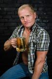 Homme d'Oktoberfest à la barre Images libres de droits