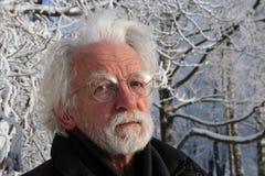 Homme d'une chevelure blanc sur le fond d'arbre d'hiver Images libres de droits