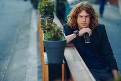Homme d'une chevelure rouge de hippie avec du café pour aller penser Photos libres de droits