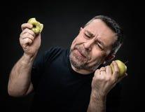 Homme d'une cinquantaine d'années avec pommes vertes Photo libre de droits