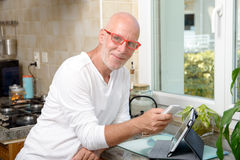 Homme d'une cinquantaine d'années avec un téléphone portable Photographie stock