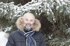 Homme d'une cinquantaine d'années avec une barbe dans une veste avec le capot de fourrure Photo stock