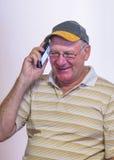 Homme d'une cinquantaine d'années parlant au téléphone portable Image libre de droits