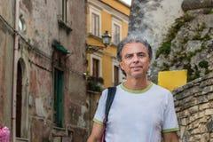 Homme d'une cinquantaine d'années visitant les allées médiévales de ville Photos libres de droits