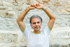 Homme d'une cinquantaine d'années visitant les allées médiévales de ville Images libres de droits