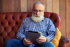 Homme d'une cinquantaine d'années avec le PC de comprimé Photographie stock libre de droits