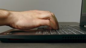 Homme dactylographiant rapidement sur le clavier d'ordinateur portable clips vidéos