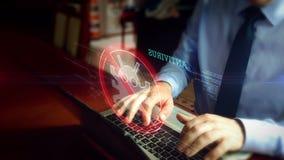 Homme dactylographiant sur le clavier avec l'hologramme d'antivirus banque de vidéos