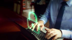 Homme dactylographiant sur le clavier avec l'hologramme de sécurité de cyber banque de vidéos
