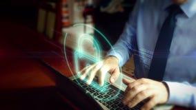 Homme dactylographiant sur le clavier avec l'hologramme de sécurité de cyber clips vidéos