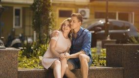 Homme dans amie blonde de embrassement d'amour la belle, couple la date romantique Photographie stock libre de droits
