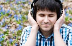 Homme dans des écouteurs écoutant la musique. photo libre de droits
