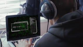 Homme dans des écouteurs avec le diagramme sain clips vidéos