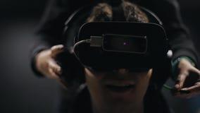 Homme dans des écouteurs en verre de VR banque de vidéos